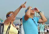 图文:外国天文爱好者重庆观日全食