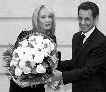 萨科齐(右)年初在爱丽舍宫向罗琳献花