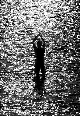 印度,一名男子站在水中祈祷