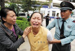 嫌疑人在指认现场时泪流满面记者杨赋/摄