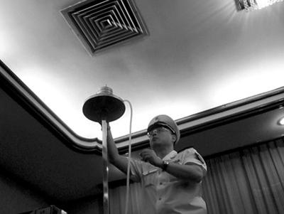 卫监所工作人员在检查空调出风口