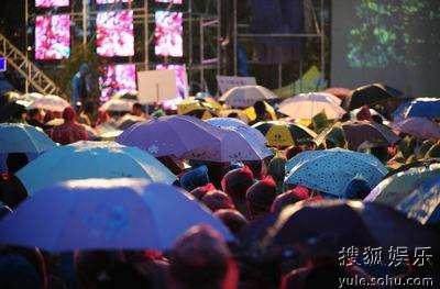 冒雨捧场的观众