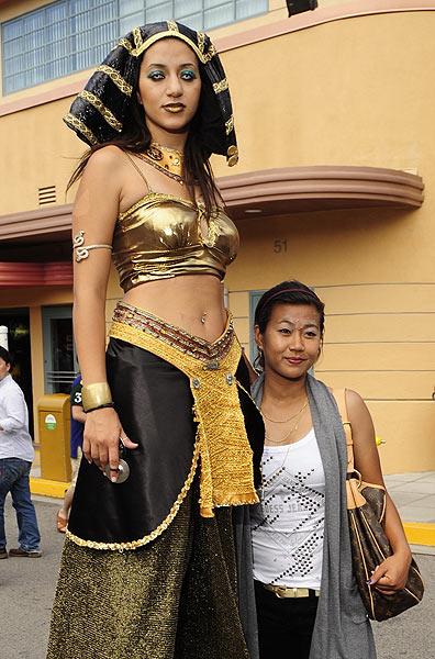 图文:韩端畅游环球影城 和女模特合影