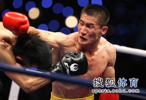 图文:北京散打队2-3安徽 吕猛躲避张永发攻击