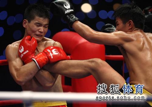 图文:北京散打队2-3安徽 李晓东脚踢对方脖颈