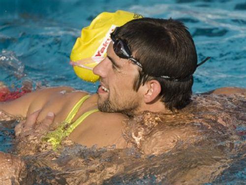 与澳洲游泳皇后莱斯亲密相拥