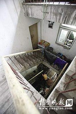 进入洞口,里面竟然别有洞天,上下共有三层楼。