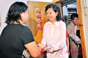 王晓玲(右)昨日到贫困户家中送电视。 记者邱伟荣摄