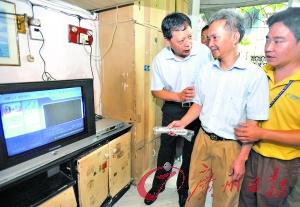 徐志彪(左一)昨日到贫困户家中送电视。记者邵权达摄