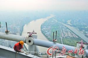 在新电视塔上最高处俯瞰珠江两岸。