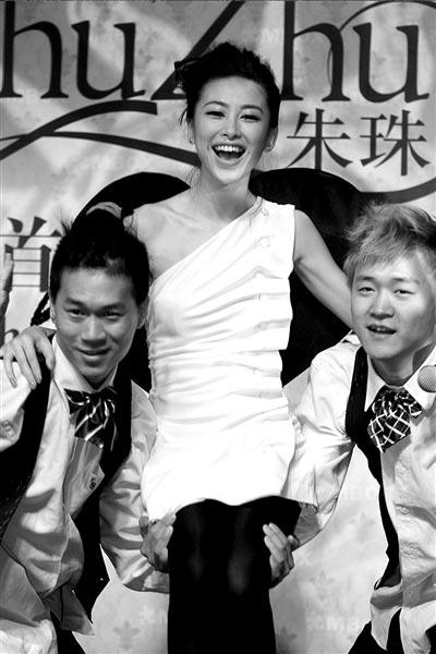 当惯了主持人的朱珠也学着做歌手。 本报记者吴平摄