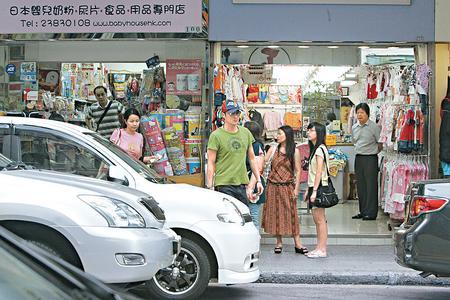 吴镇宇陪着太太在九龙城买BB用品,但忽然变脸吓亲街坊。