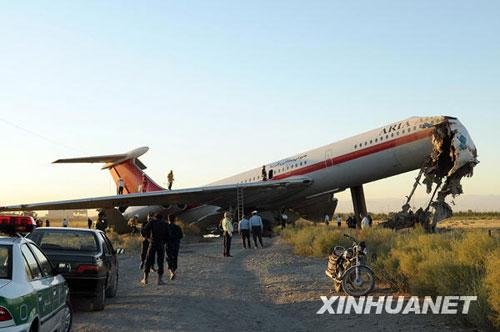 救援人员在飞机滑出跑道事故现场救援。