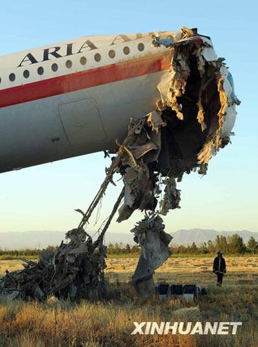 客机在发生事故后严重受损。新华社发