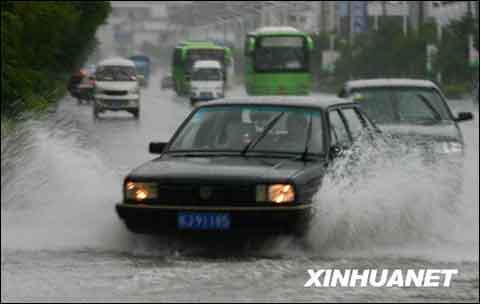 7月24日,暴雨导致黄山市街头积水。(来源:新华社)