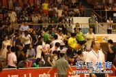 图文:张怡宁助北京3-1大同 大家争抢礼品
