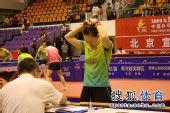 图文:张怡宁助北京3-1大同 李佳在整理头发