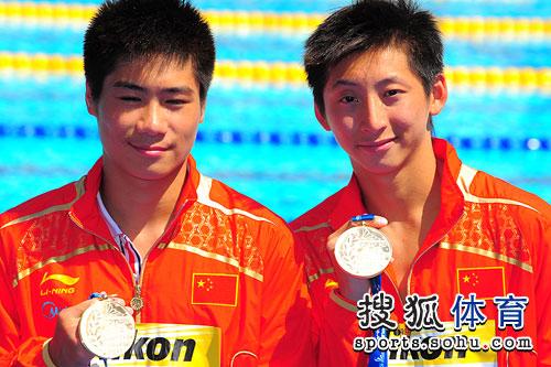 二人展示金牌