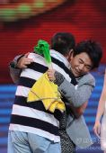 图:《明星转起来》豪华升级 赵本山吴宗宪拥抱