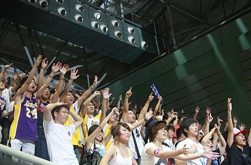图文:科比上海见面会 球迷期待科比签名篮球