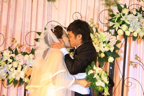 杜震宇拥吻新娘