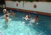 组图:韩端与队友水中作乐 水池中嬉戏