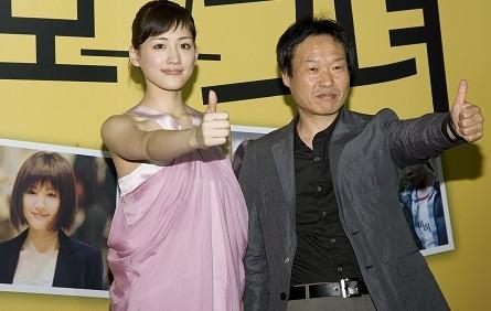 《我的机器人女友》女主角绫濑遥(左)和导演郭在容(右)-机器人