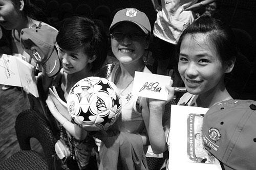 球迷见面会,美女志愿者签名大丰收。