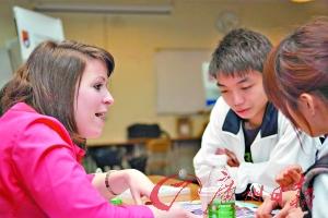 """不少学生甚至从高一、高二就开始准备参加""""洋高考""""了。吴润洲摄"""