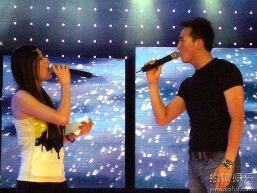 李琳(左)深情演唱