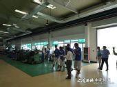 图文:[中超]申花队员下工厂 队员走进工厂