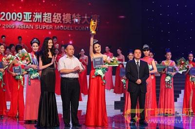 广西电视台台长彭钢(右)给冠军张钰颁奖