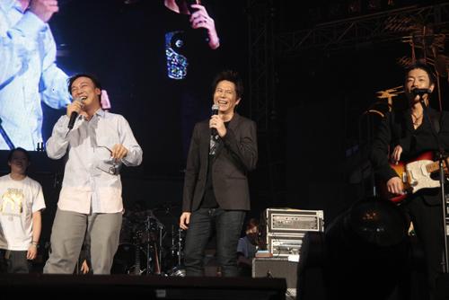 陈奕迅在台上卖力演出。