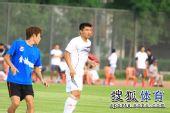 图文:[热身赛]金德1-1辽宁 郑智看机会