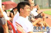 图文:[热身赛]金德1-1辽宁 郑智观战