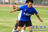 图文:[热身赛]金德1-1辽宁 阻击对手