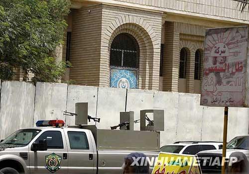 伊拉克内政部官员当日说,这家国有银行在歇业期间遭武装抢劫,8名银行警卫被打死。