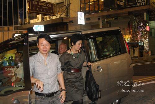 吴君如与父亲一同道贺。