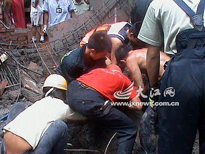 事发德安县二中 消防官兵紧急救出伤者