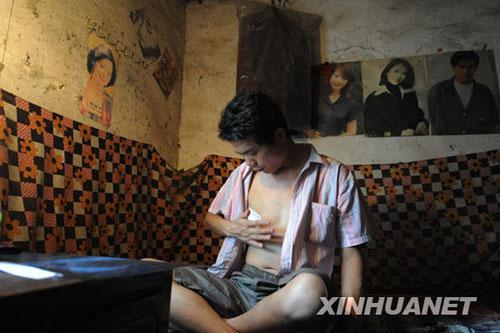 7月27日,张海超在新密市刘寨镇的家中休息。新华社记者赵鹏摄