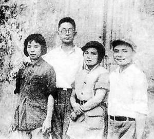 邓小平与卓琳结婚照(左侧是孔原和妻子许明,右侧是邓小平和卓琳)