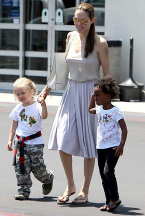 朱莉带着两个可爱的女儿一起购买玩具。