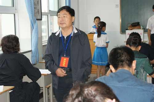 小学生在考场监考