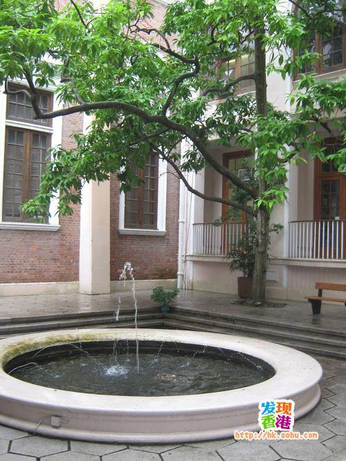 香港大学文学院喷水池。电影《色戒》取景地之一
