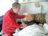 李丁生前图片:卧病在床