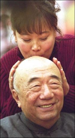 方青卓向师长李丁献上深情一吻。(资料图片) 图/CFP