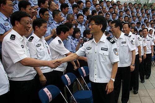 国务委员、公安部党委书记、部长孟建柱亲切看望全国公安机关新闻发言人培训班学员并与他们合影留念。郝 帆 图