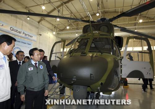 """7月31日,韩国总统李明博(前左二)在韩国南方城市泗川举行的新机型揭幕仪式上观看新型直升机""""Surion""""。图片:新华社/路透"""