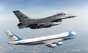 """""""空军一号""""在一架F-16战斗机的陪同下飞过纽约上空。"""