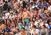 图文:[中超]广药2-0河南 球迷半裸观战